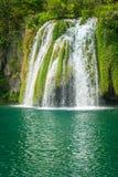 Vattenfall på en turkossjö Plitvice sjönationalparken royaltyfri fotografi