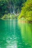Vattenfall på en turkossjö Plitvice sjönationalparken arkivbild
