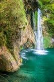 Vattenfall på en turkossjö Plitvice sjönationalparken royaltyfria foton