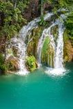 Vattenfall på en turkossjö Plitvice sjönationalparken fotografering för bildbyråer