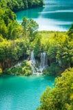 Vattenfall på en turkossjö Plitvice sjönationalparken royaltyfri bild