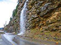 Vattenfall på en väg till Naran Kaghan Valley, Pakistan Fotografering för Bildbyråer