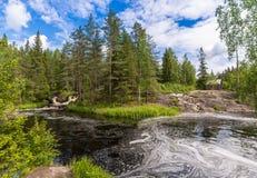 Vattenfall på floden Tokhmayoki (Ruskeala) Royaltyfri Bild