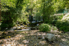 Vattenfall på floden Vrelo i västra Serbien royaltyfri foto