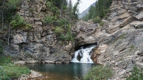 Vattenfall på gömd liten vik, glaciärnationalpark, Montana Royaltyfri Bild