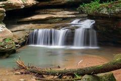 Vattenfall på gamal mans grotta Arkivfoton