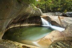 Vattenfall på handfatgranitgropen, vita berg, ny skinka Arkivbild