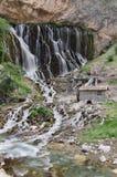 Vattenfall på klippan Arkivfoton
