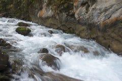 Vattenfall på klippan royaltyfria foton