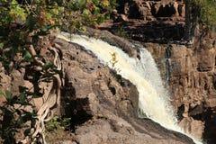 Vattenfall på krusbäret faller Minnesota från överkant Royaltyfri Fotografi