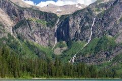 Vattenfall på lavin sjön royaltyfri bild