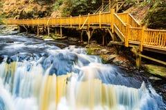 Vattenfall på liten Bushkill liten vik royaltyfri fotografi