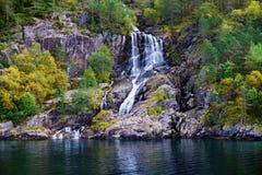 Vattenfall på Lysefjord Norge Arkivfoton