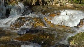 Vattenfall på sikt, tydlighet och friskhet för bergflodultrarapid av naturen Solig dag för vinter arkivfilmer