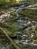 Vattenfall på slinga för overallkörningsnedgångar i den Shenandoah nationalparken Arkivfoto