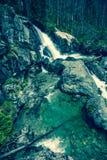 Vattenfall på strömStudeny potok i höga Tatras, Slovakien Royaltyfria Bilder