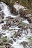 Vattenfall på strömStudeny potok i höga Tatras, Slovakien arkivfoton