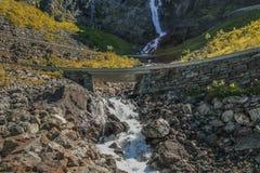 Vattenfall på Trollstigen Arkivfoto