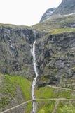 Vattenfall på Trollstigen i Norge Arkivfoto