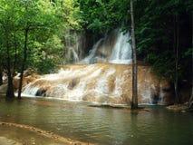 Vattenfall Sai Yok i Thailand Arkivbild