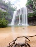 Vattenfall som är härlig i lös natur Arkivfoton