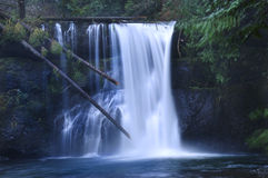 Vattenfall som applåderar över rocks fotografering för bildbyråer