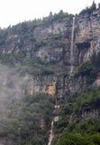 Vattenfall som droppar uppifrån av berget Arkivbilder