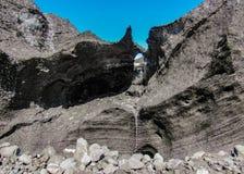 Vattenfall som faller från kanten för svart is av smältningsglaciären, Kverkfjoll, Skotska högländerna av Island, Europa arkivbild
