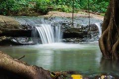 Vattenfall som flödar från skogen Fotografering för Bildbyråer
