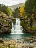 Vattenfall som flödar till och med bergen i höst Royaltyfri Fotografi