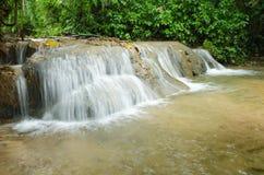 Vattenfall som omges av skogar och berg Royaltyfria Foton