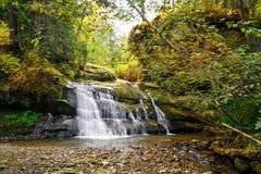 Vattenfall Ternoshorsky Huk i Snidavka Carpathian berg, Iv Arkivfoton