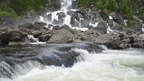 Vattenfall Uchar Altai berg, Sibirien, Ryssland lager videofilmer
