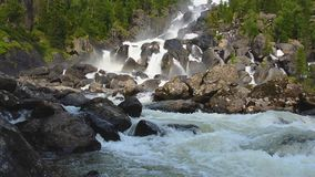 Vattenfall Uchar Altai berg, Sibirien, Ryssland arkivfilmer