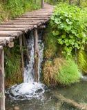 Vattenfall under träbanan Royaltyfri Fotografi