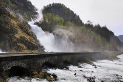 Vattenfall under vägen Arkivbilder