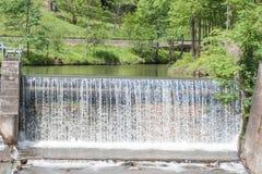 Vattenfall - vatten - flod - damm - vattenkraft Arkivfoto