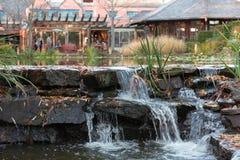 Vattenfall vid restaurangen Arkivbild