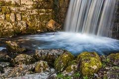 Vattenfallabstrakt begrepp Arkivfoto