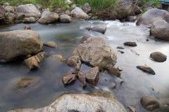 Vattenfallbakgrundslandskap Arkivfoton
