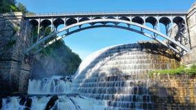 Vattenfallbron parkerar fördämningen royaltyfri fotografi