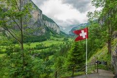 Vattenfalldal nära de ställeTrummelbach nedgångarna i Swissland arkivfoton