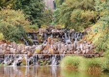 Vattenfallet är delen av de vatten fördjupade kaskaderna i Wilhelmshoeh Royaltyfria Bilder