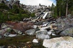 Vattenfallet överst av Chilnualna faller Yosemite royaltyfri foto