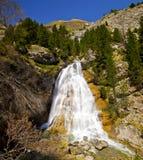 Vattenfallet av den Tourettes floden i den Gavarnie dalen Arkivbilder
