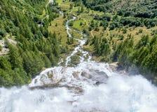 Vattenfallet av floden som underifrån ses arkivfoto