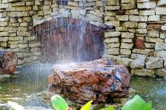 Vattenfallet dekoreras med den naturliga stenen royaltyfria bilder