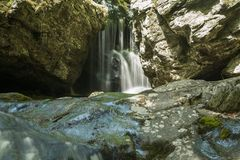 Vattenfallet för den Shenandoah bergfloden vaggar lång exponering royaltyfri foto