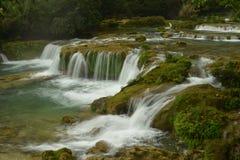 Vattenfallet för 68 nivå i litet Sju-hål det sceniska området Arkivbild