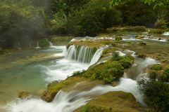 Vattenfallet för 68 nivå i litet Sju-hål det sceniska området Arkivbilder